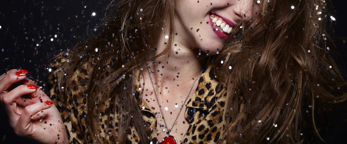 華やかな笑顔の女性