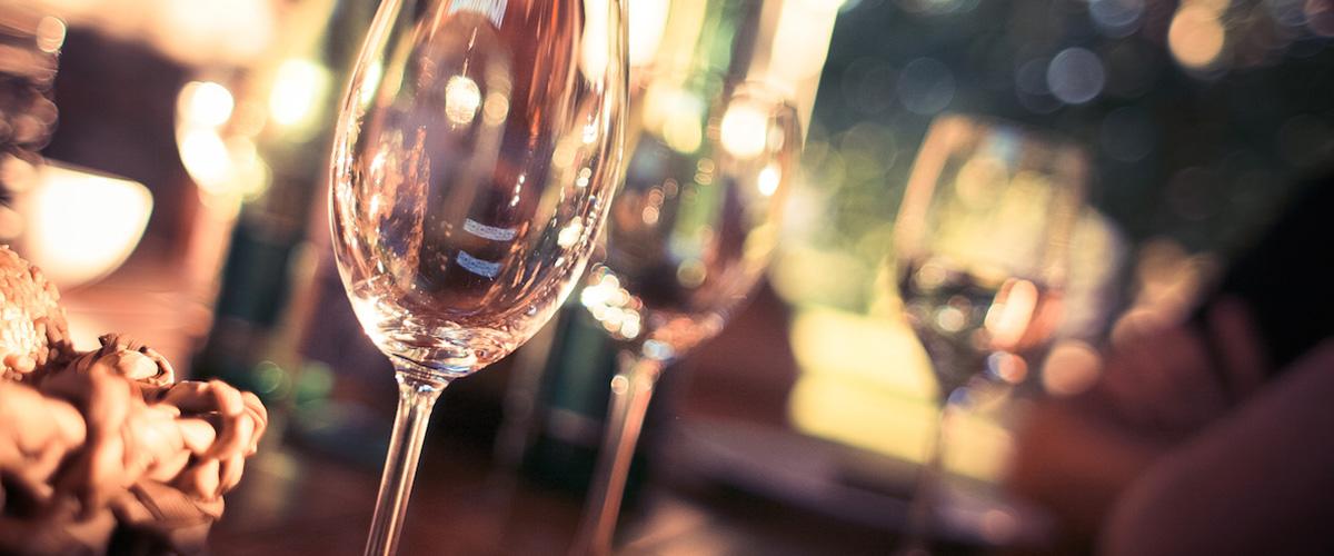 ロマンチックな雰囲気のワイングラスの画像