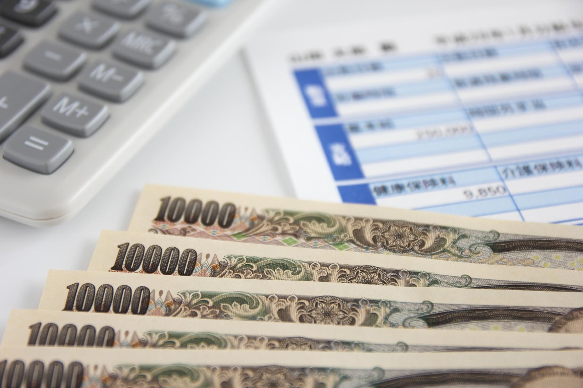 お金と給与明細の写真